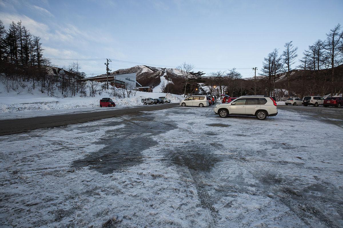 スキー場の駐車場は広い