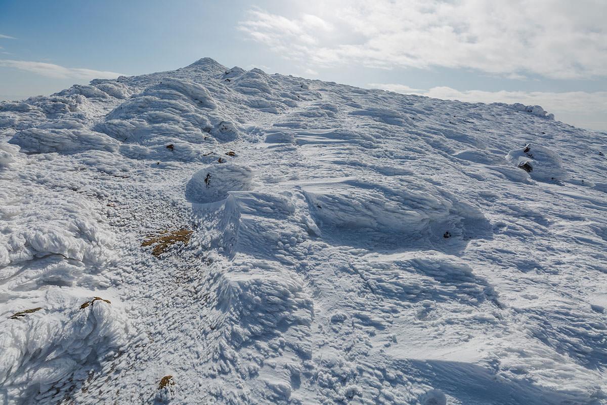 岩に付着した雪がいっぱい