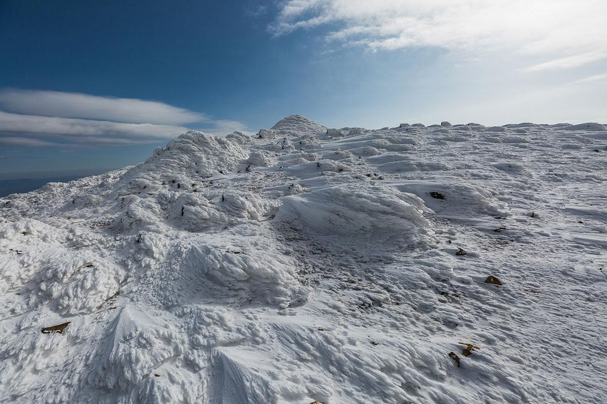 ここにも雪の着いた岩