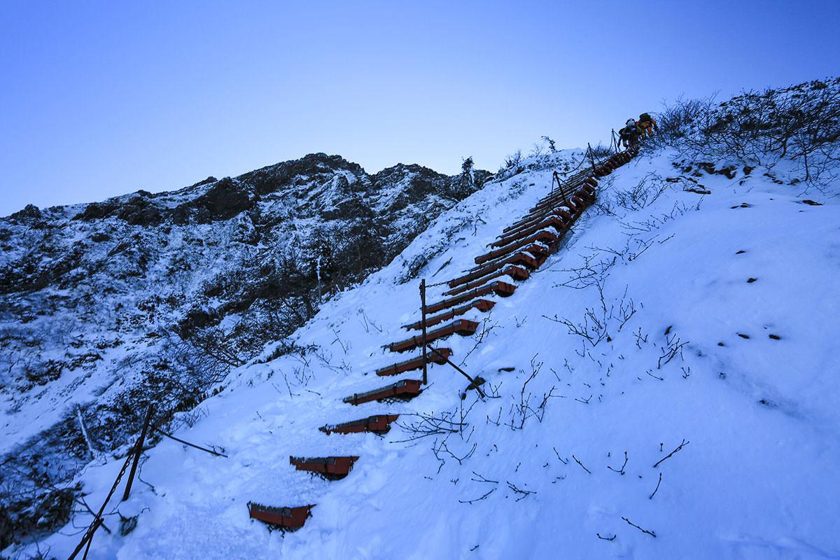 【赤岳】登山百景-更に階段が続く