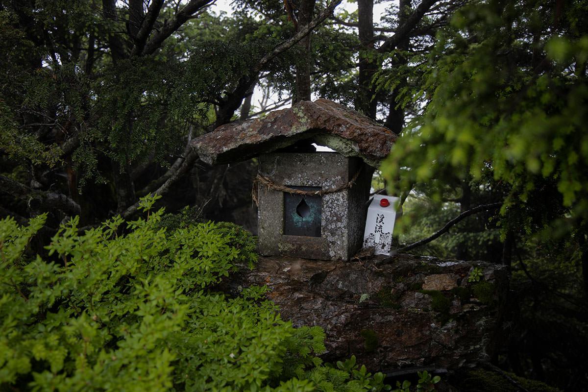 志賀高原赤石山-小さな祠があった