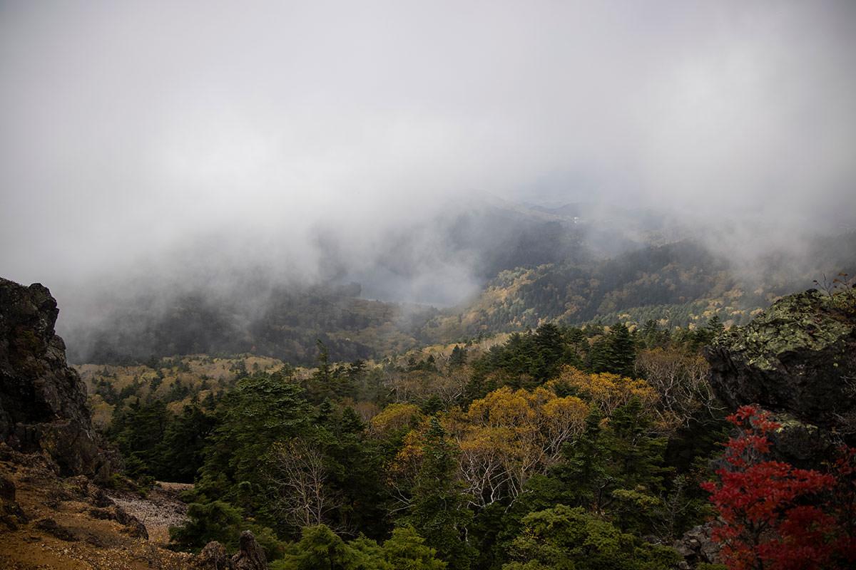 山頂を前に景色を見る