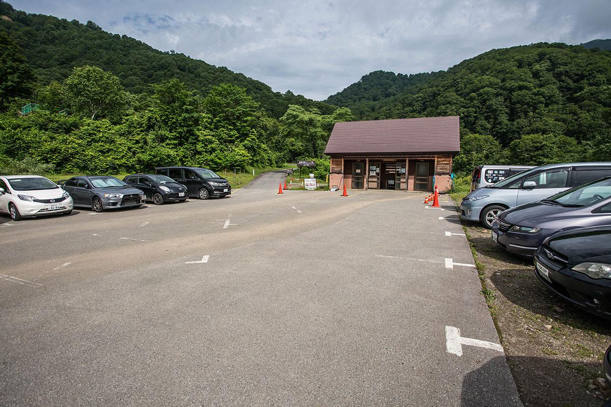 【雨飾山】登山百景-駐車場には車がいっぱい