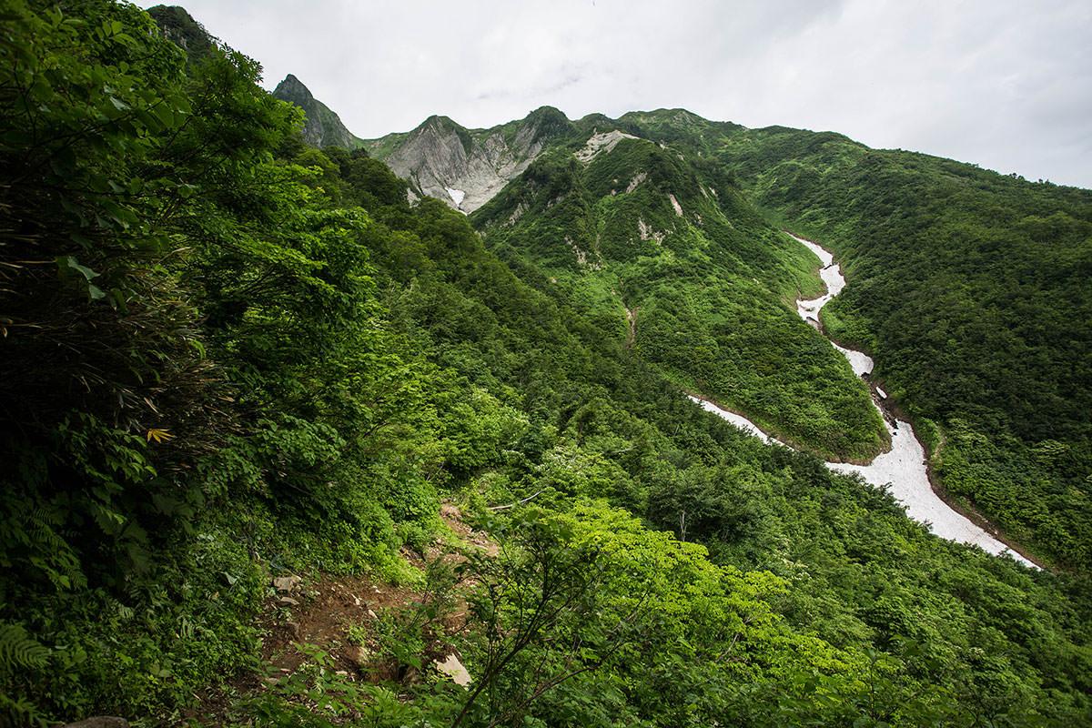 【雨飾山】登山百景-山頂への稜線が見える