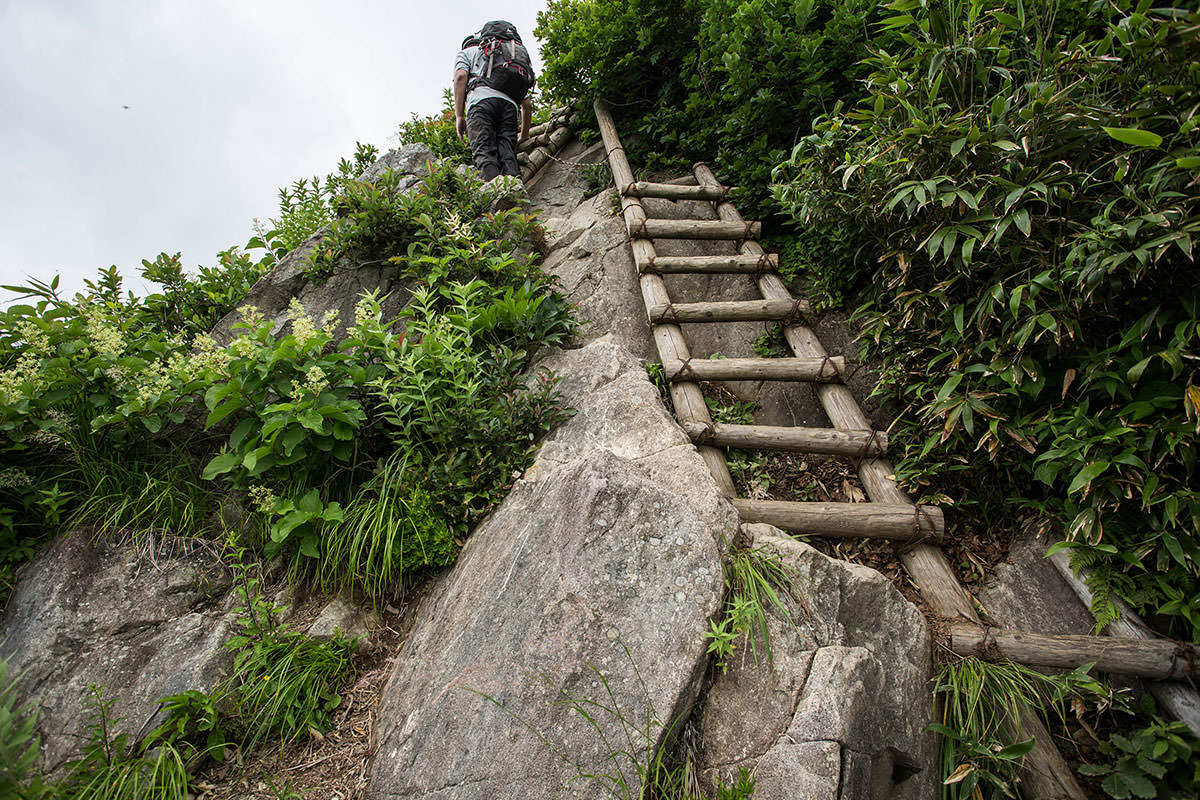 【雨飾山】登山百景-ハシゴが連続する