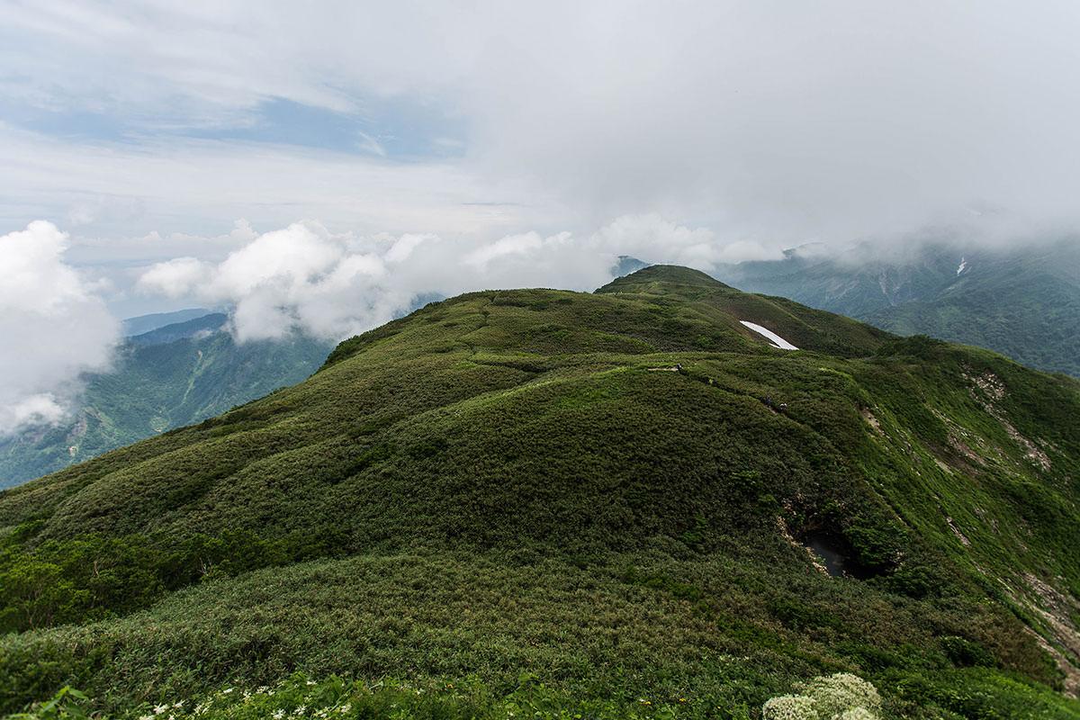 【雨飾山】登山百景-笹平を見渡す
