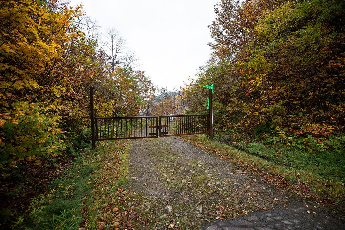 ゲートを通って大網峠を登山口へ下りていく