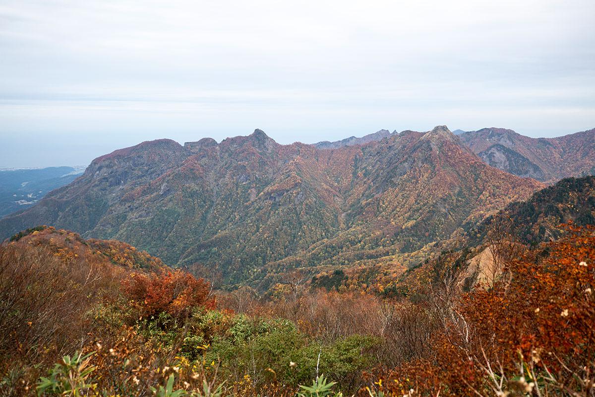 左側の糸魚川方向に見える尖った山が気になる