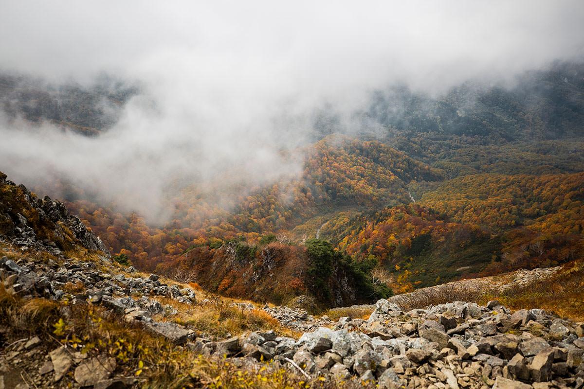南峰の真下には紅葉が広がる