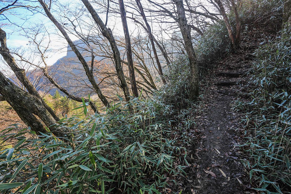 【荒船山】登山百景-向こうに艫岩が見える