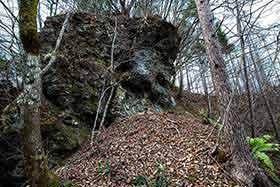 岩の下を登る