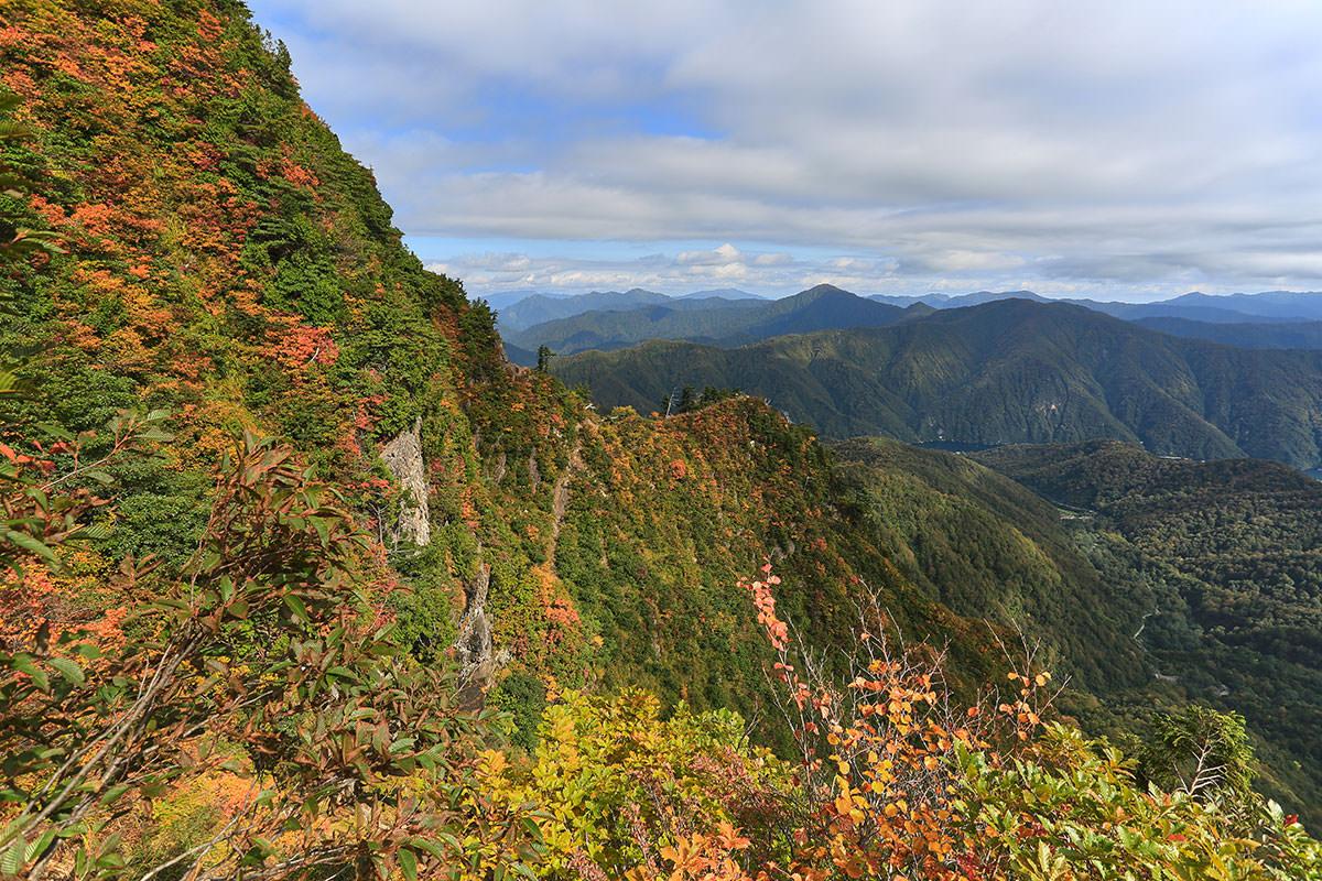 【荒沢岳】登山百景-振り返るとさきほどの尾根