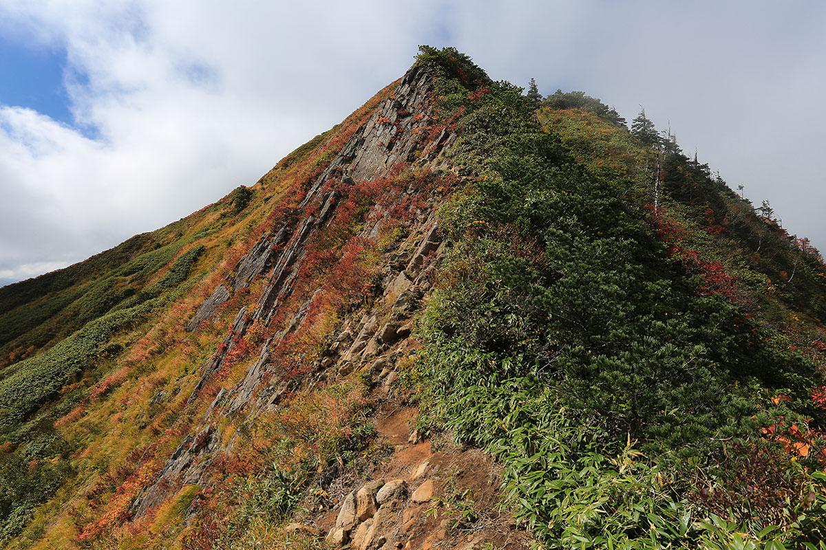 【荒沢岳】登山百景-あの岩場の中腹を渡る
