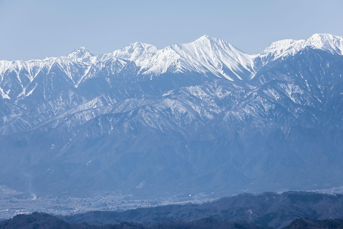 常念岳とその後ろに穂高岳連峰
