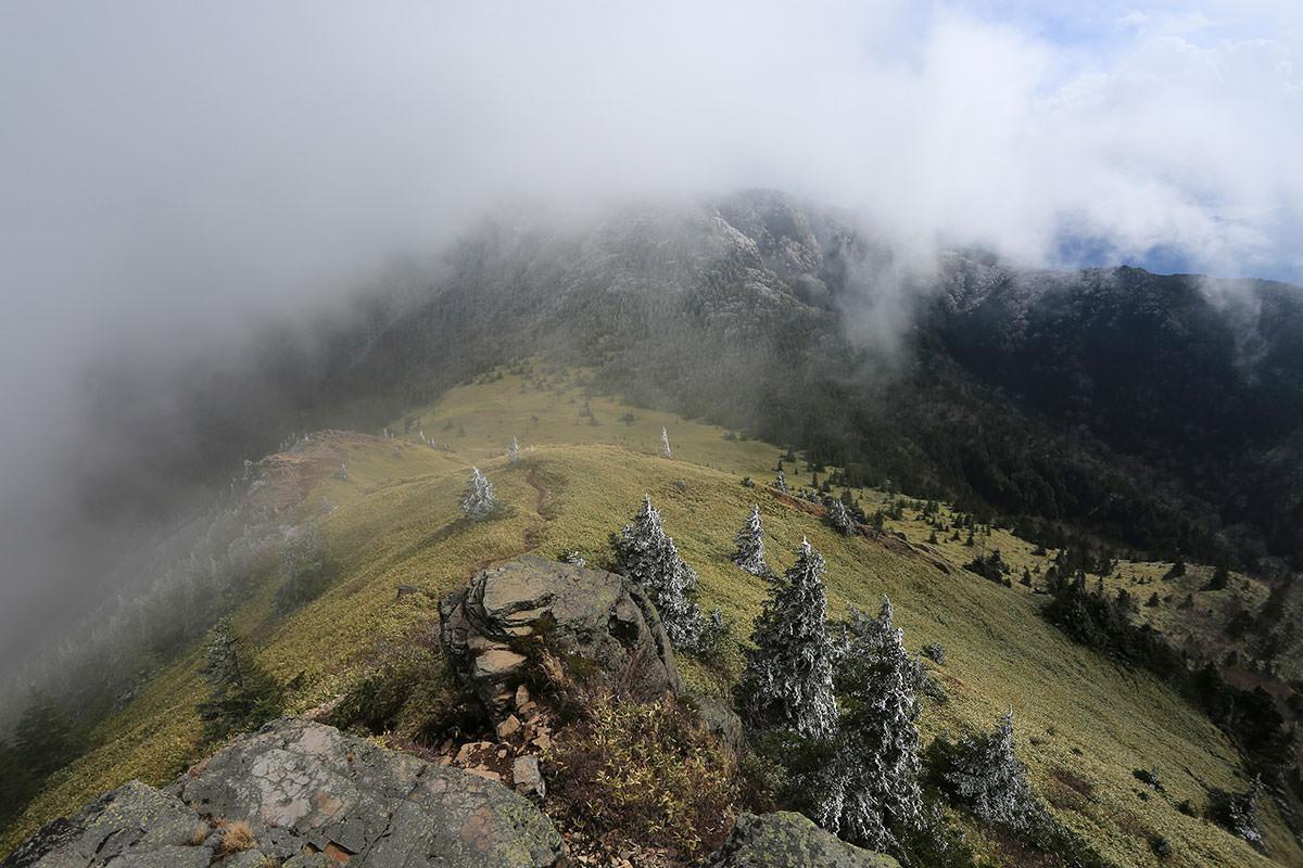 【四阿山】登山百景-笹平へ下りていく