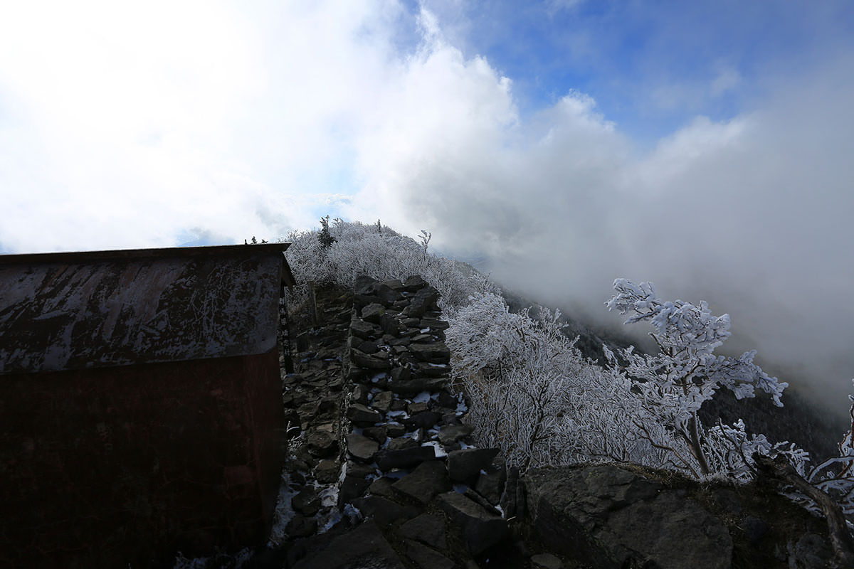 【四阿山】登山百景-神社の裏から