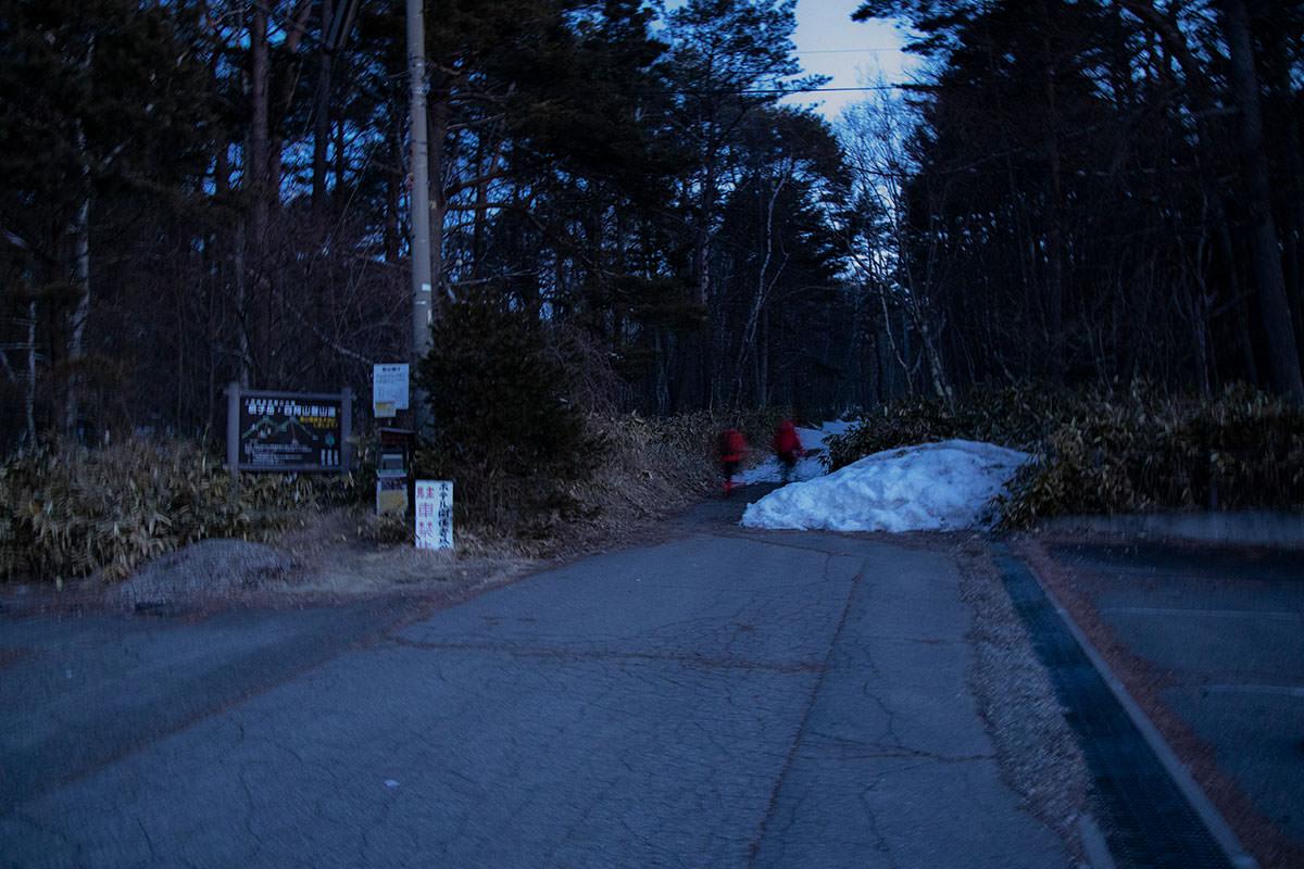 薄暗い登山口でカメラはブレブレ