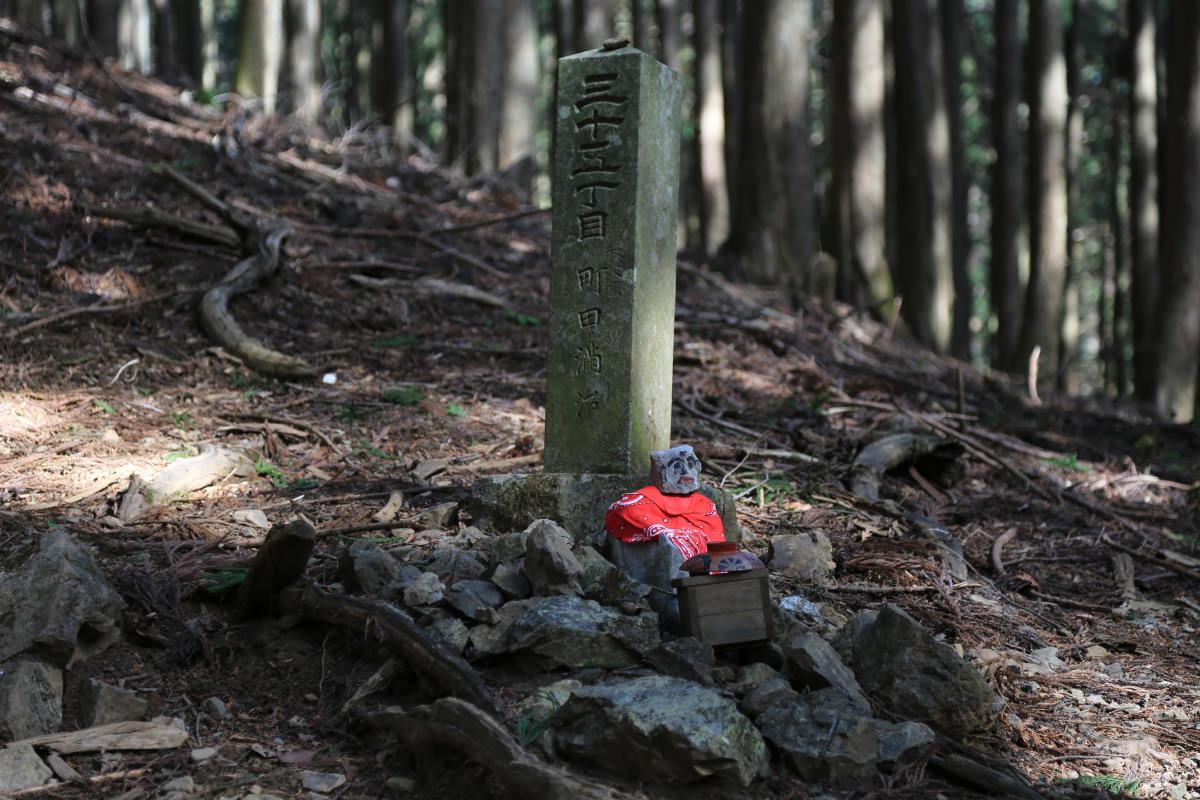 武甲山の登山道にいる地蔵