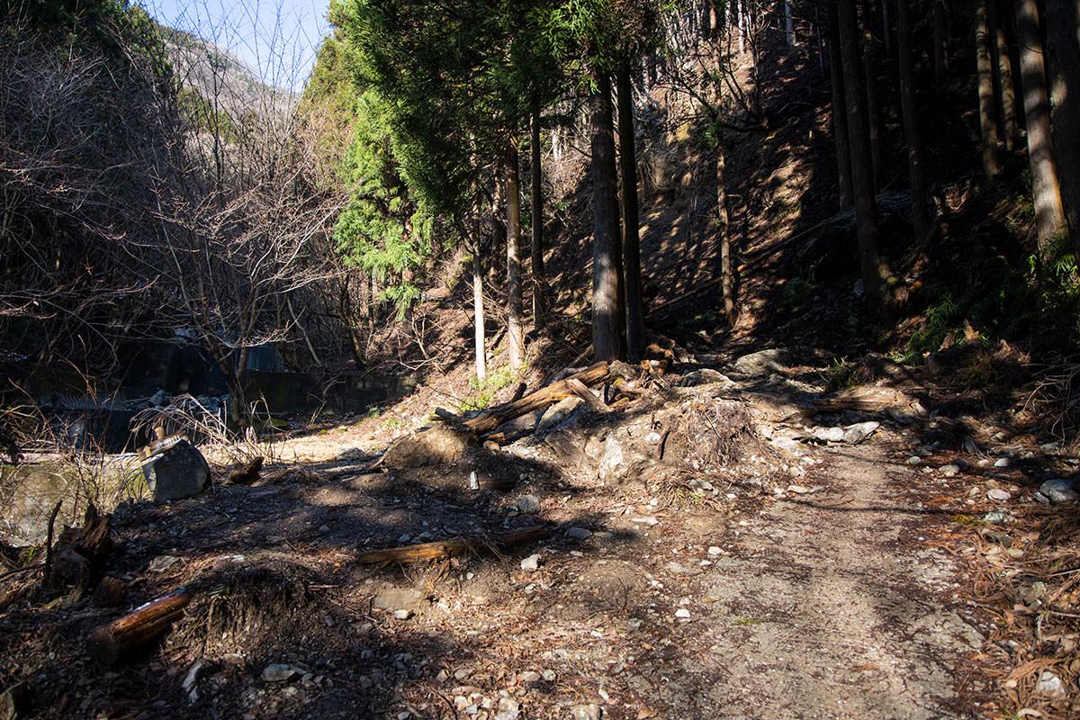 左の持山寺跡へ