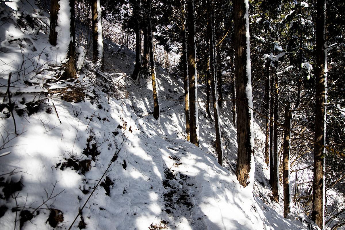 狭い。雪。