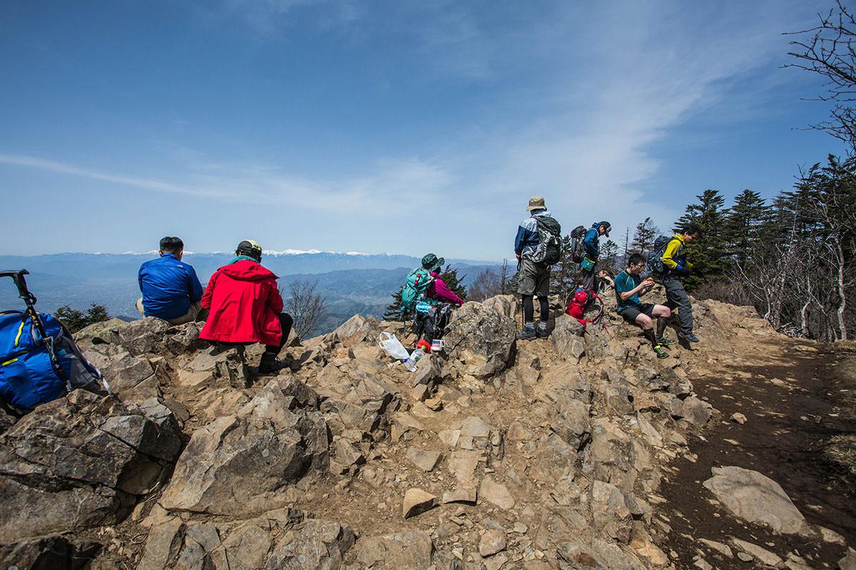 【大菩薩嶺 丸川峠分岐】登山百景-雷岩には休憩の人がいっぱい
