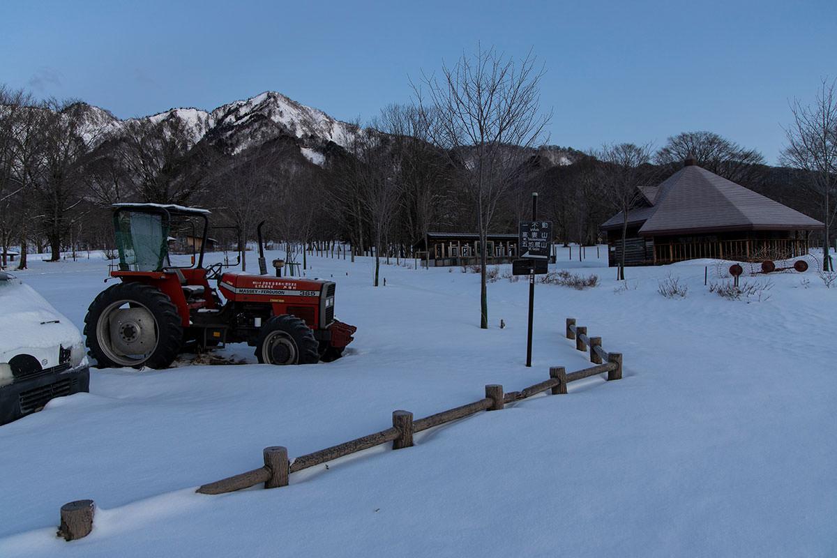 高妻山-牧場の中を登山口へ歩いていく