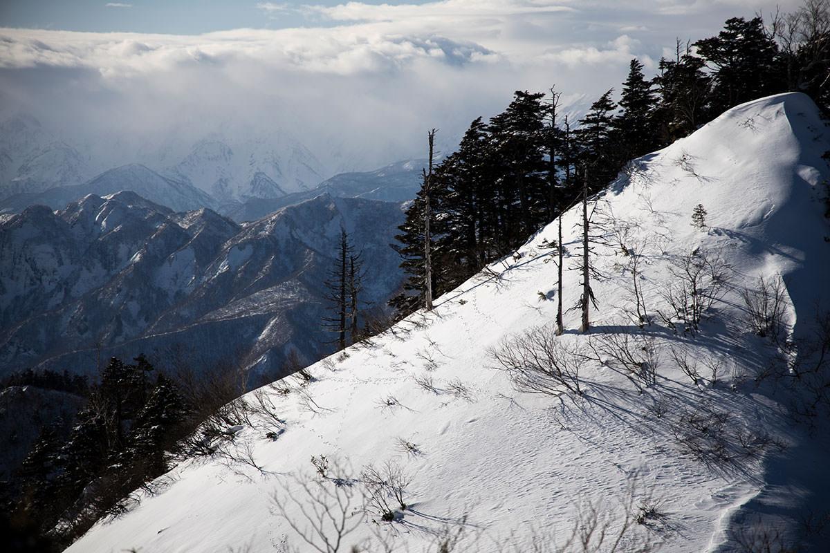 高妻山-少し北の方を見ると厚い雲