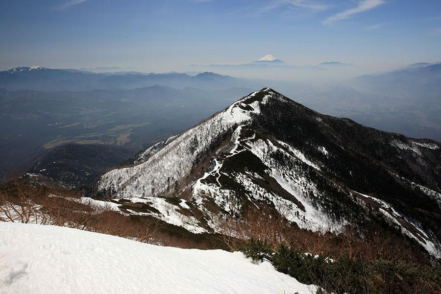 三ツ頭の先に富士山を眺める八ヶ岳権現岳