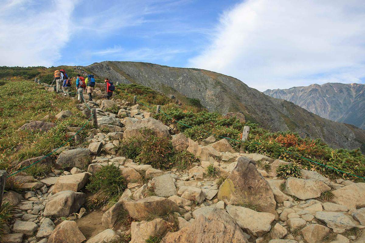岩がゴツゴツと転がる登山道