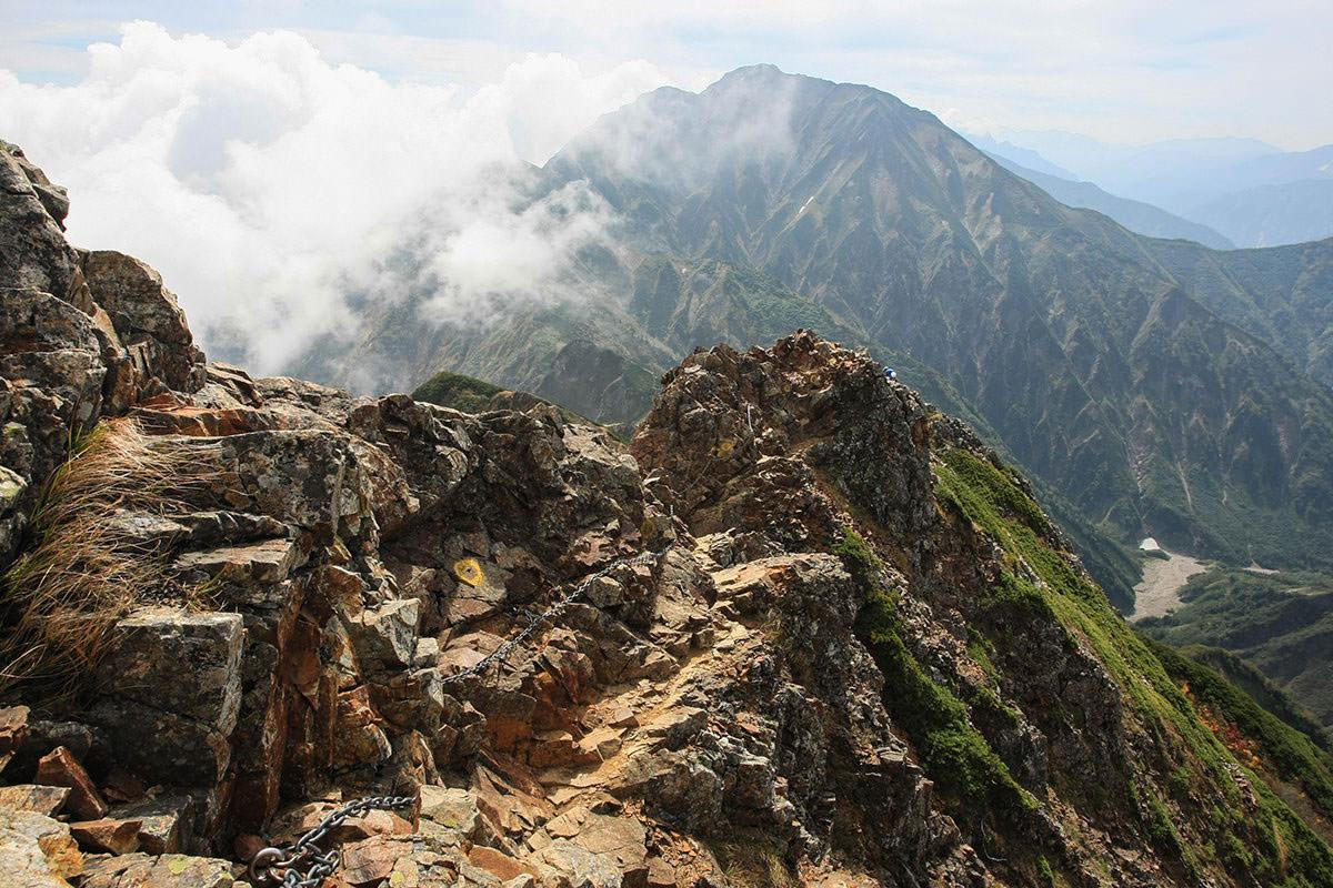 鎖場の向こうに五竜岳
