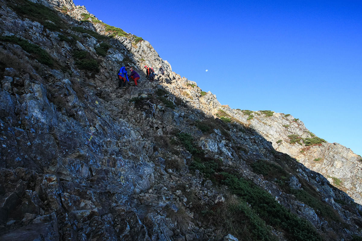 山頂への最初の鎖場