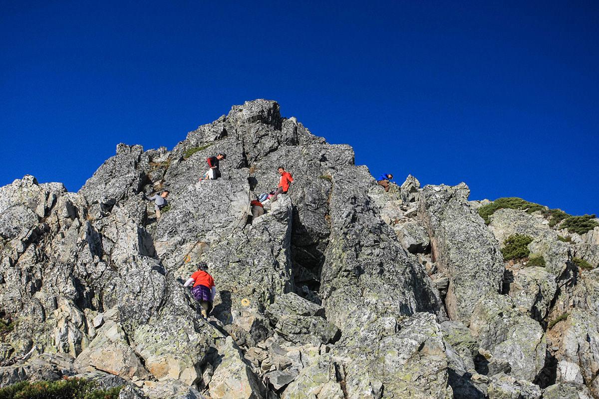 みんな岩を登る