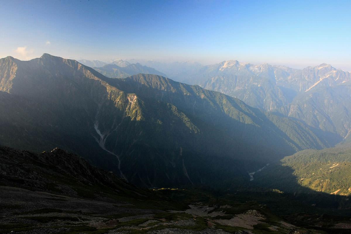 南は鹿島槍ヶ岳と剱岳、目を凝らすと槍ヶ岳