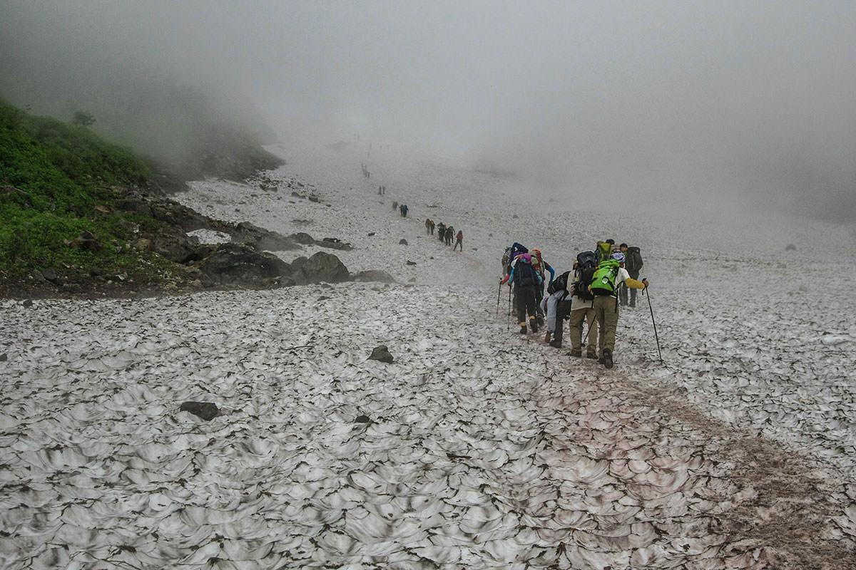 大雪渓は長い列