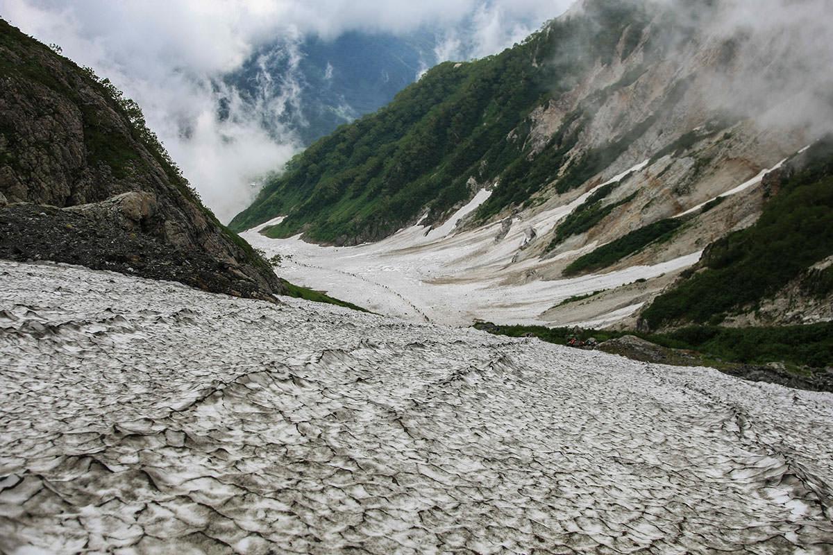 大雪渓を見下ろす
