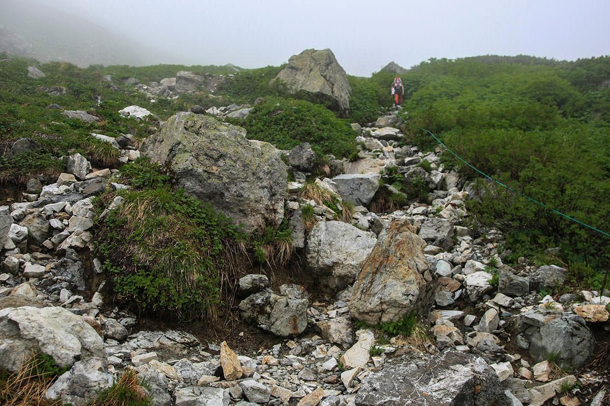 岩の道が続く