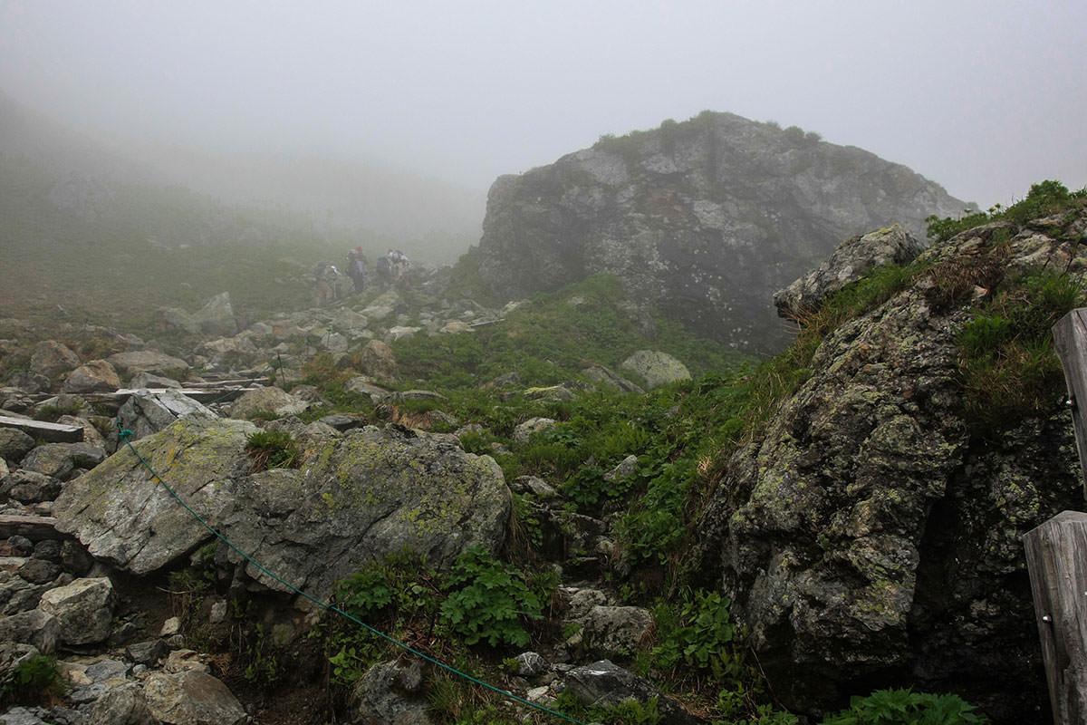 前に大きな岩
