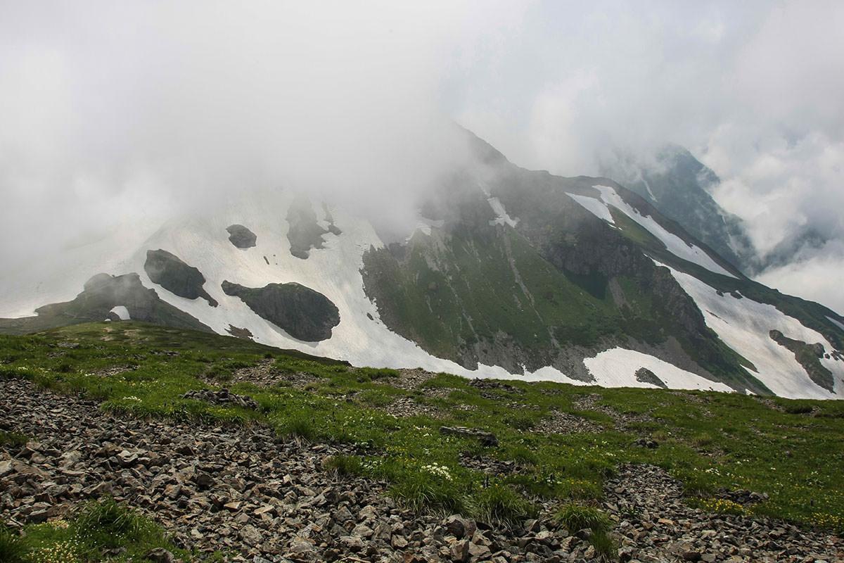 西側の旭岳