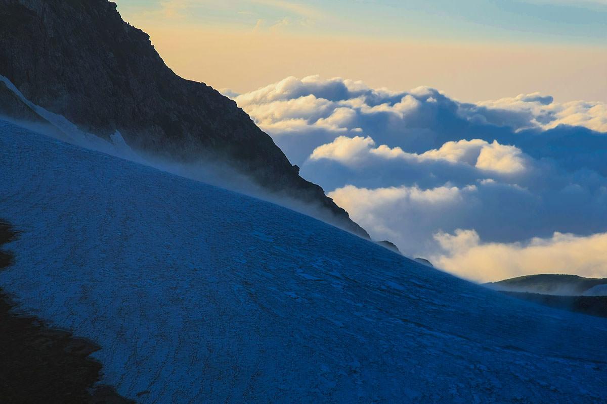 旭岳の雪渓は吹いている