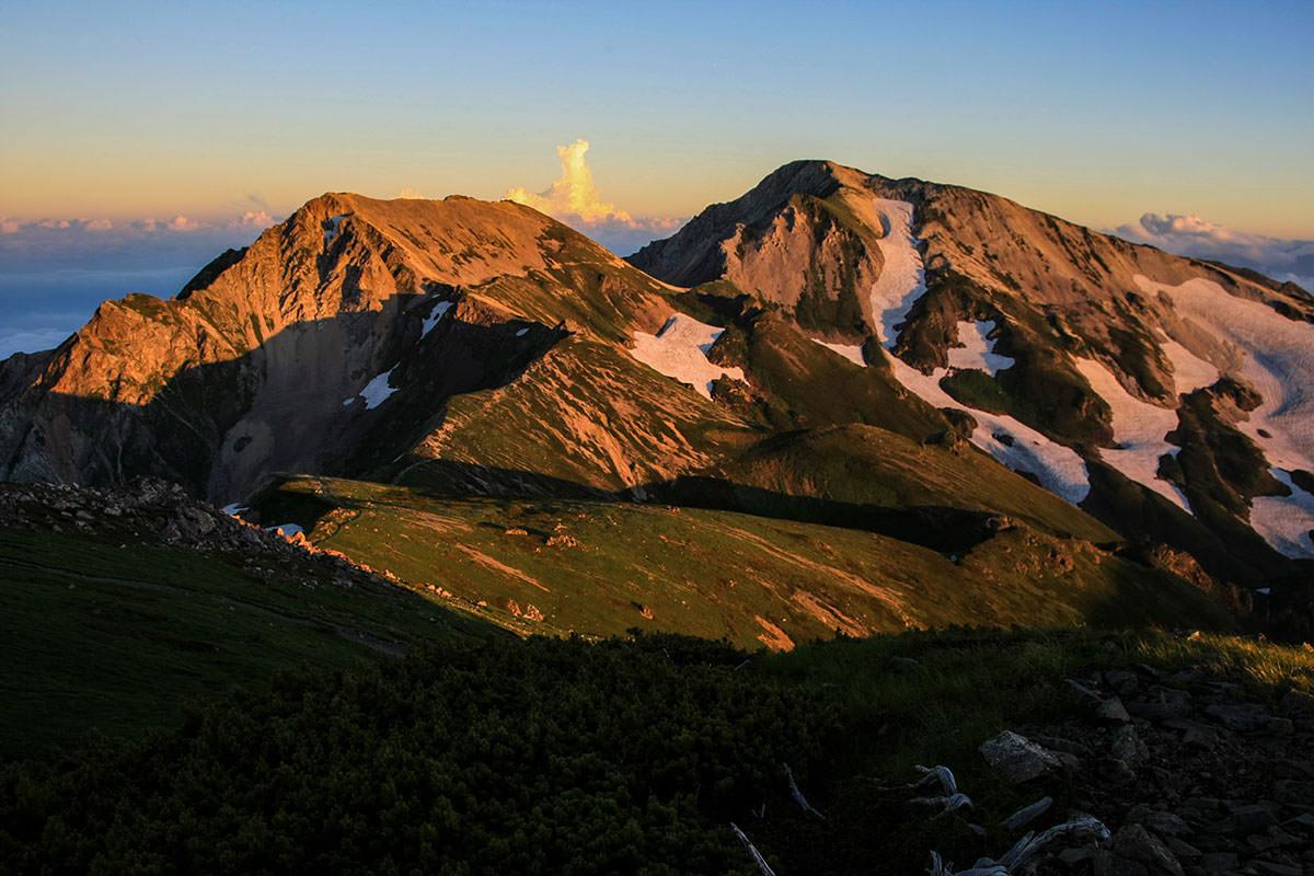 杓子岳と白馬鑓ヶ岳も赤く