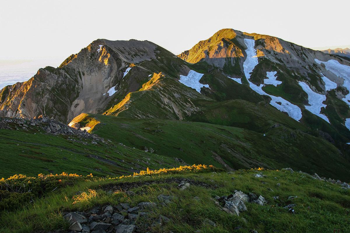 杓子岳と白馬鑓ヶ岳に朝陽が当たる
