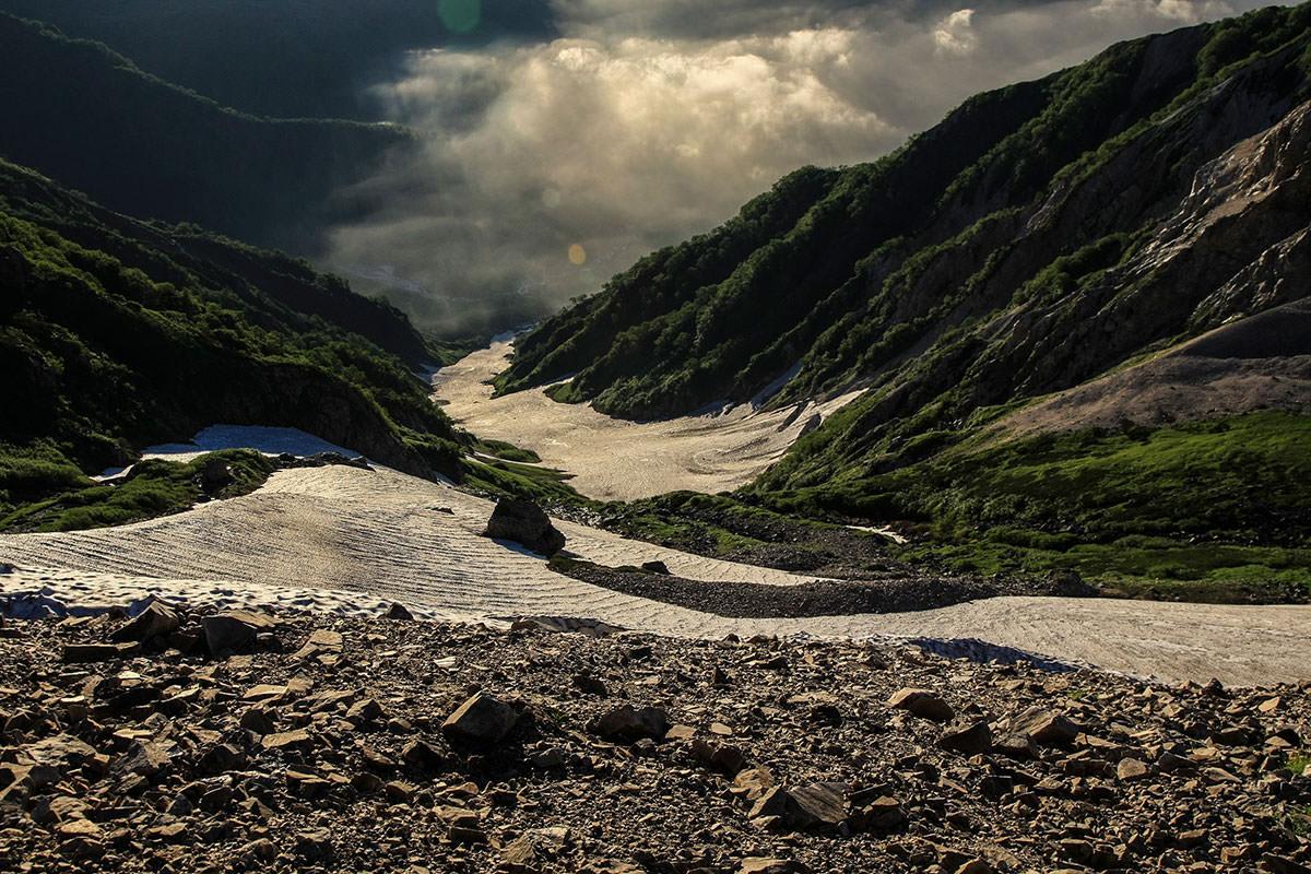 鞍部から大雪渓を見下ろす