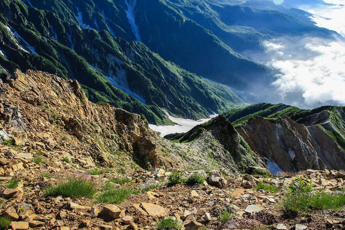 山頂の下は崖