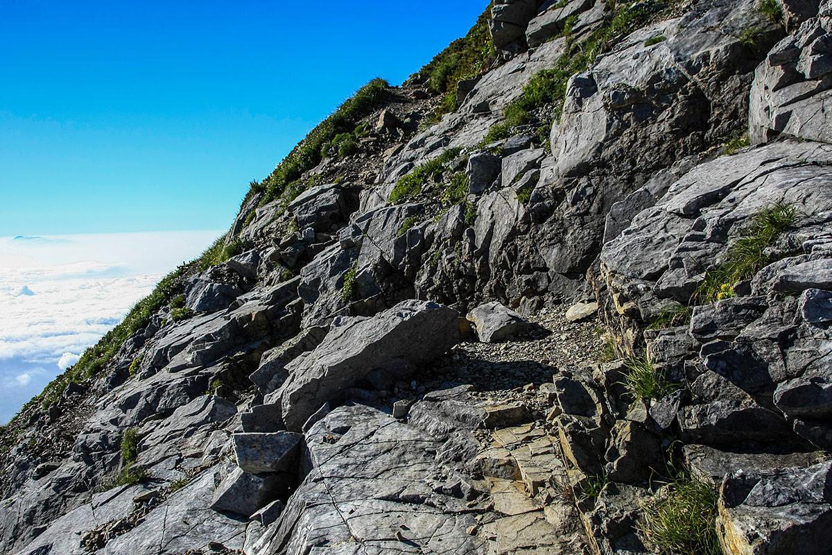 【白馬三山縦走 猿倉大雪渓ルート】登山百景-所々狭い