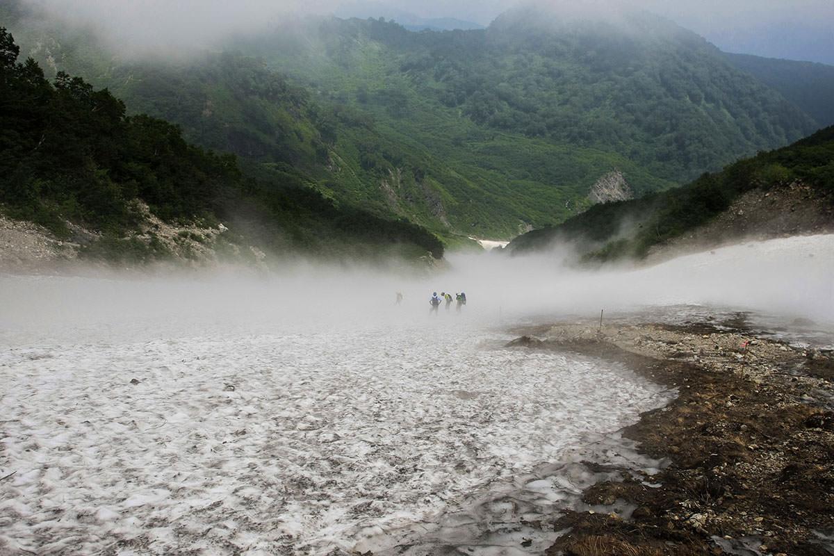 鑓温泉直下の雪渓