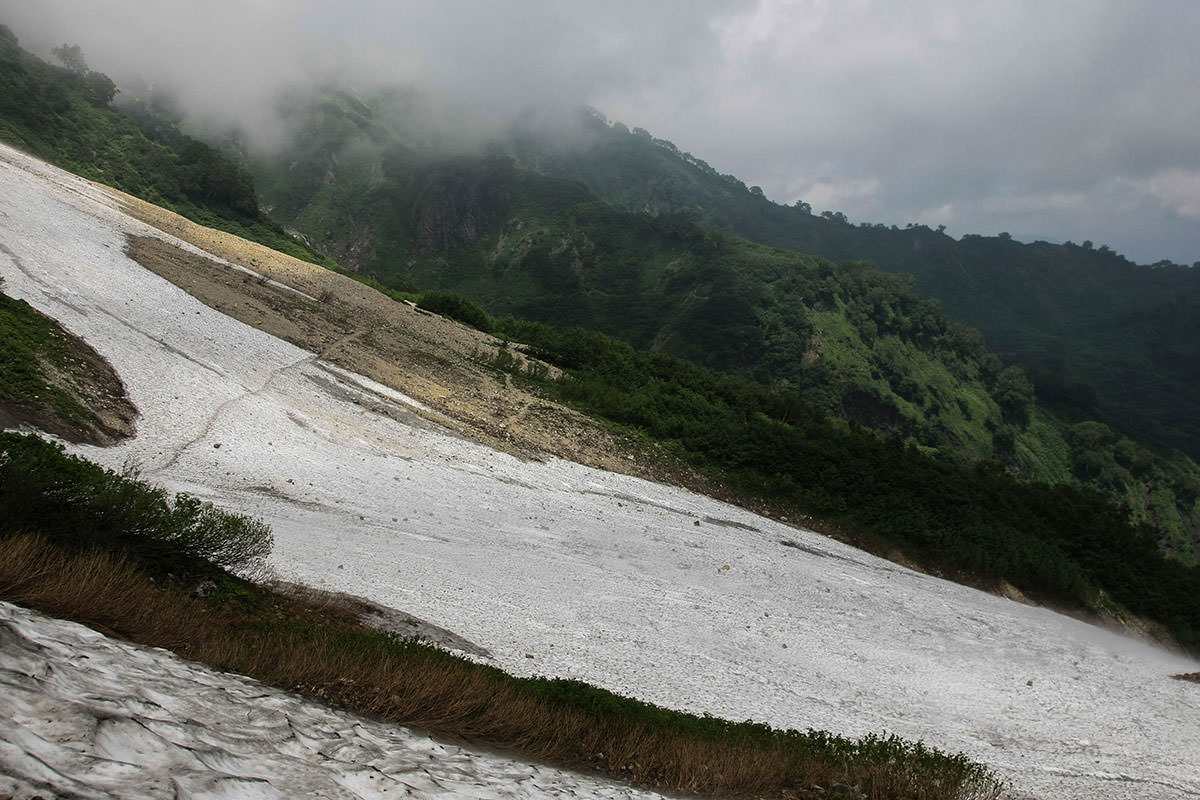 雪渓を越えるとまた雪渓