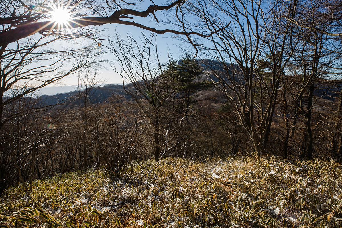 【鼻曲山】登山百景-氷妻山を越えると近く見える