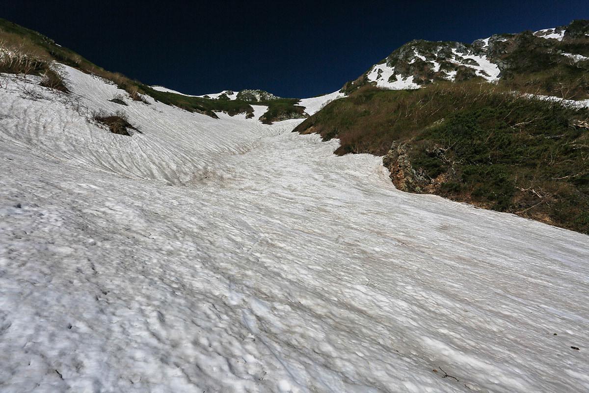 【針ノ木岳】登山百景-スバリ岳との鞍部へ登る人もいる