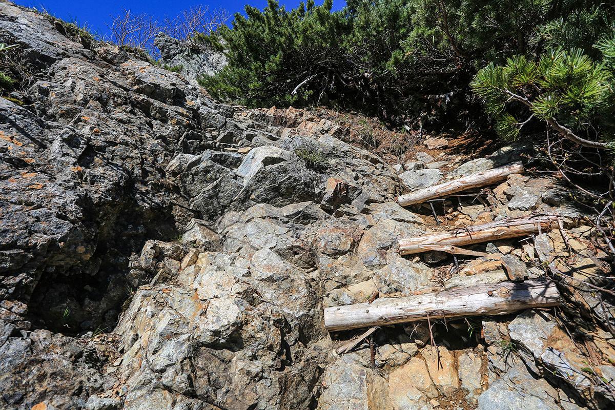 【針ノ木岳】登山百景-石の登山ルートを上る