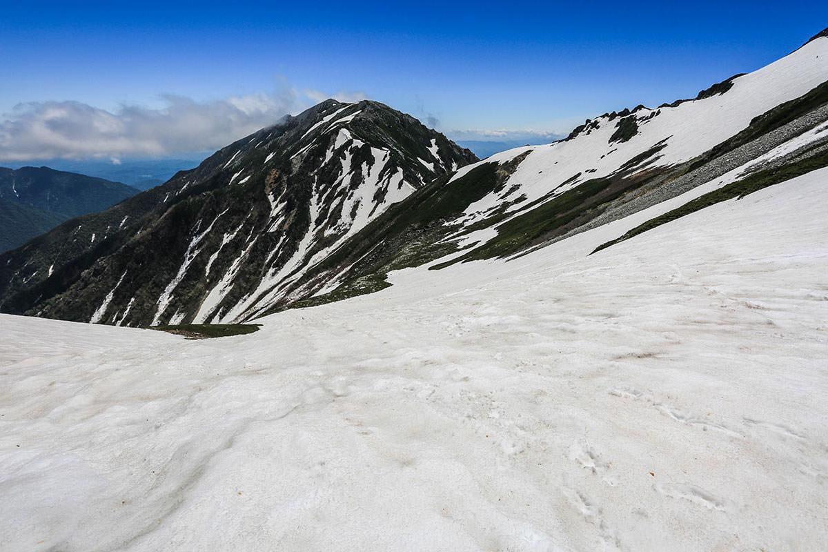 【針ノ木岳】登山百景-鞍部から雪渓を下りる
